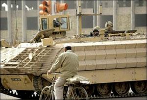 سربازان انگلیسی در بصره به گشت نظامی مشغولند.انگلیسی ها به تحویل دادن امور امنیتی استان مسیان امیدوارند که از تلفات آنها در عراق کاسته شود. روز پنجشنبه و جمعه 16 و 17 فروردین 4 سرباز دیگر عراقی به قتل رسیدند